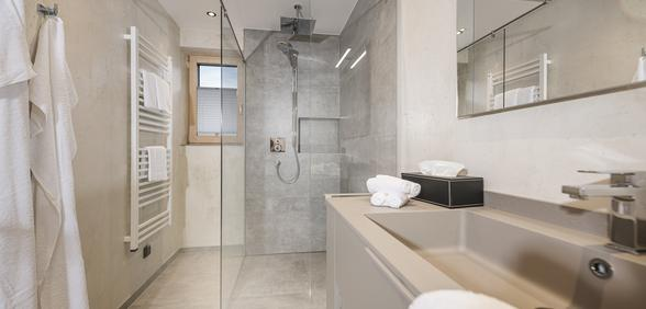 luxuriöses Badezimmer mit Walk-in Dusche
